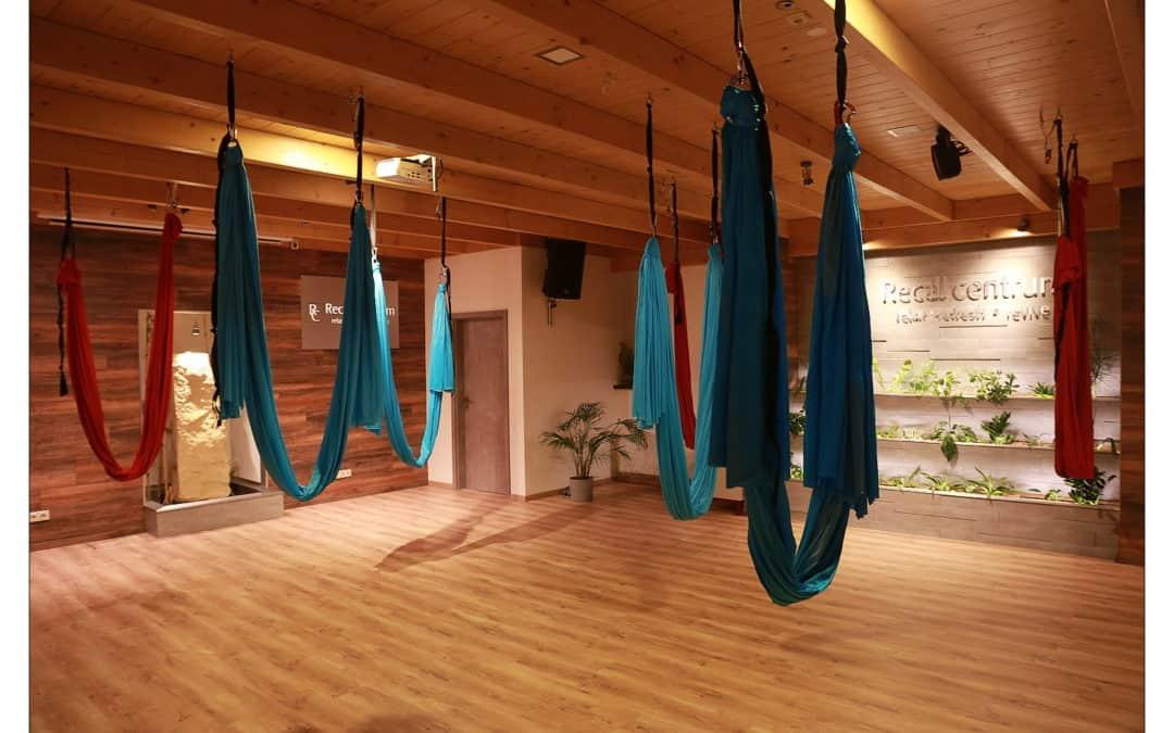 Létací jóga v šálách v Recall centru